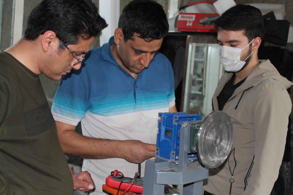 تیم فنی گروه صنعتی دیوک در حال کار
